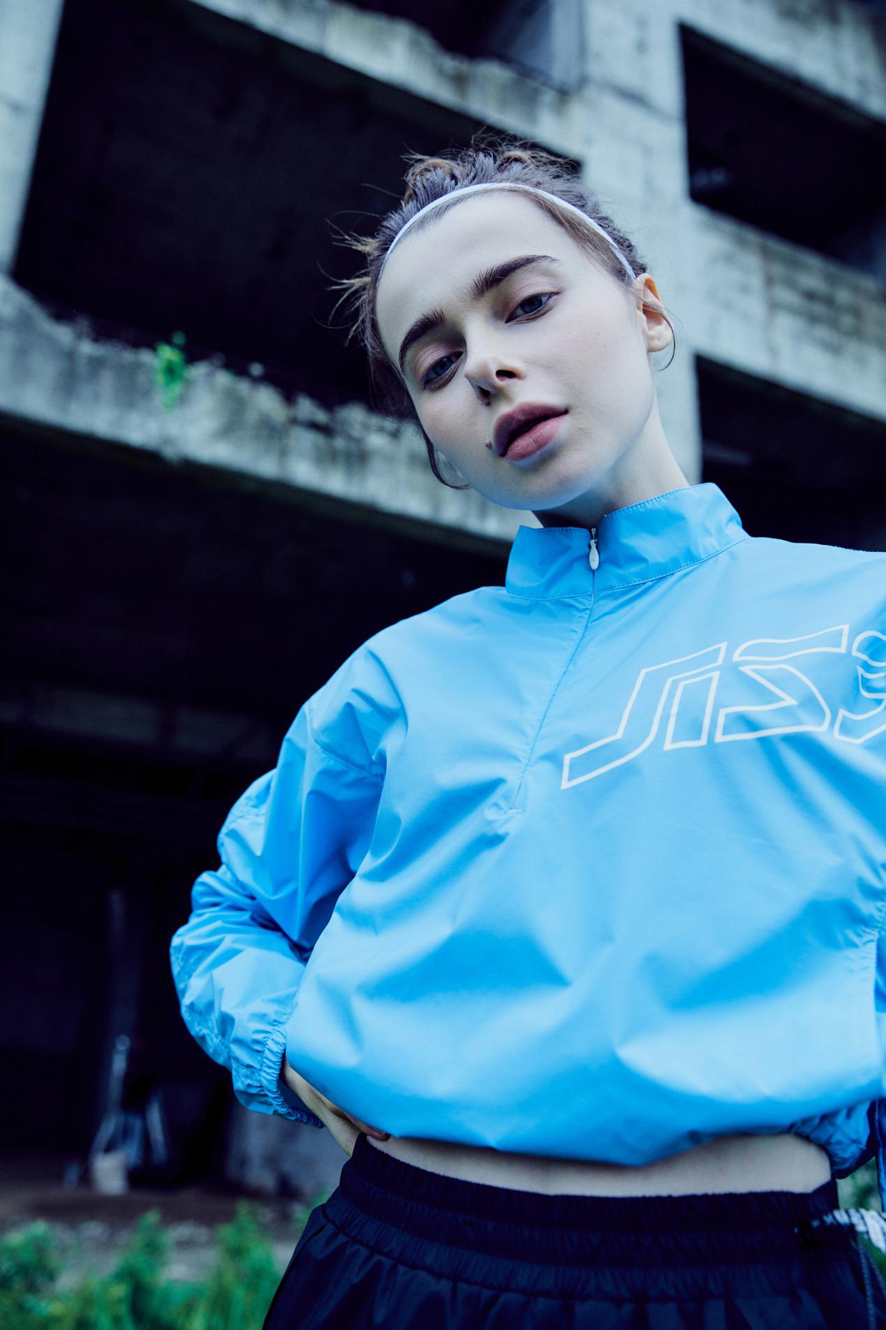 질스튜어트 스포츠 뉴욕(JILLSTUART SPORT NEWYORK) [Wonder Breaker Anorak T-shirt] 블루 로고프린트 여자 아노락 JFTS0C532B4